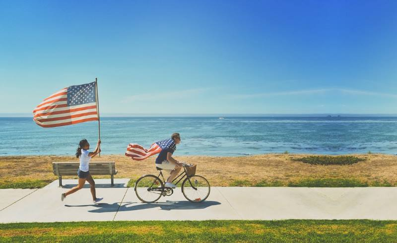 патриоты с флагами