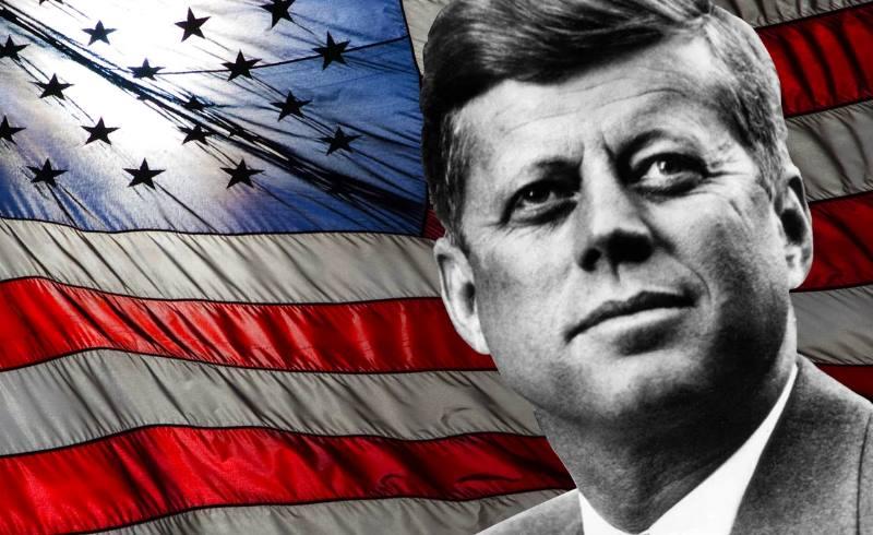 кеннеди на фоне флага
