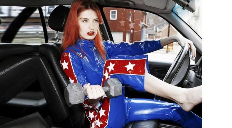 девушка в костюме со звездой