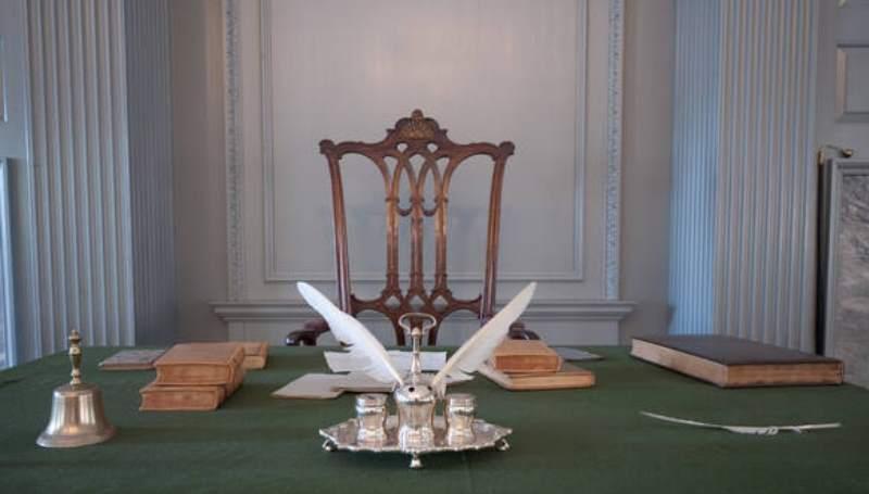 стол и набор для письма
