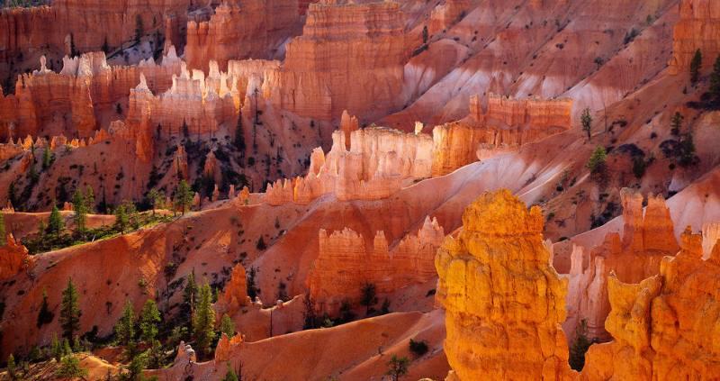 Внутренние стены этого маленького каньона образованы из песчаника