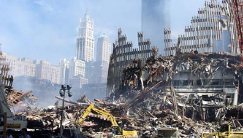 Охваченное пламенем здание рухнуло в 9:59.