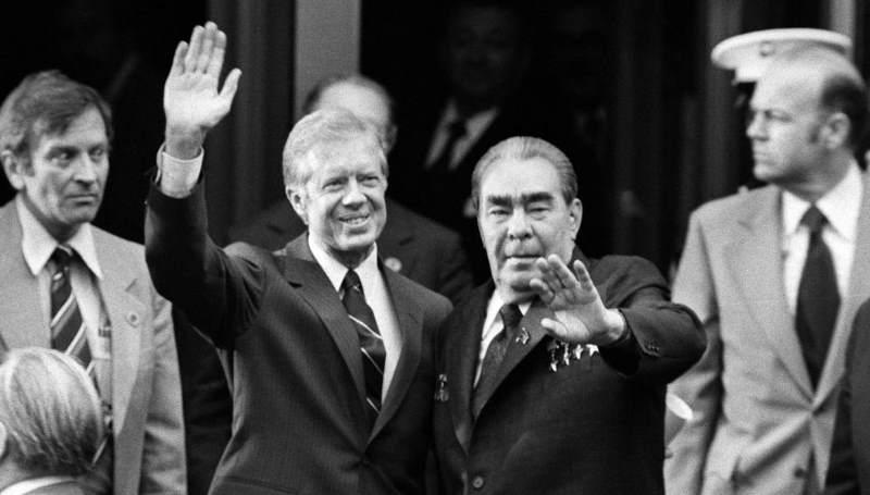 исторический поцелуй с советским лидером Леонидом Брежневым