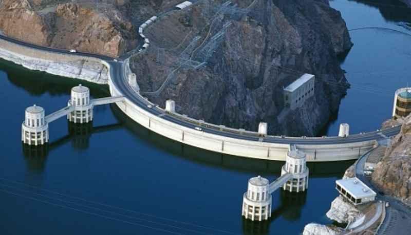 Здание электростанции размещается на дне каньона