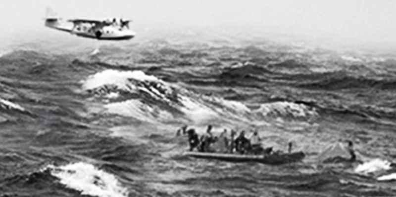 Находившаяся в воде команда наблюдала как гибнет гигантский корабль