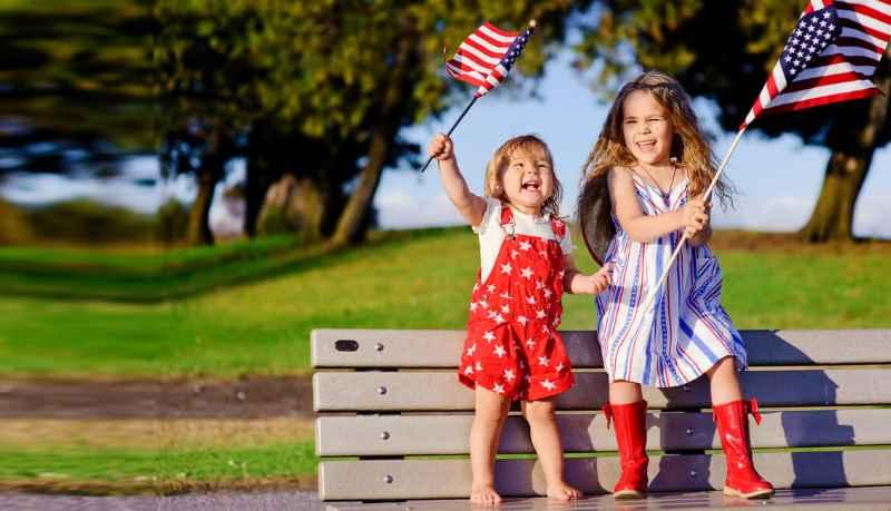 Во всех городах США улицы украшены звездно-полосатыми флагами