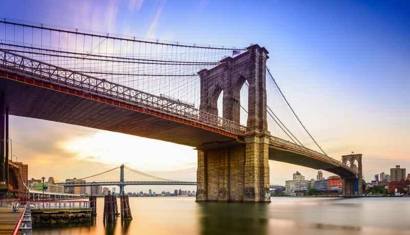 Одним из самых старых подвесных мостов Америки является Бруклинский мост